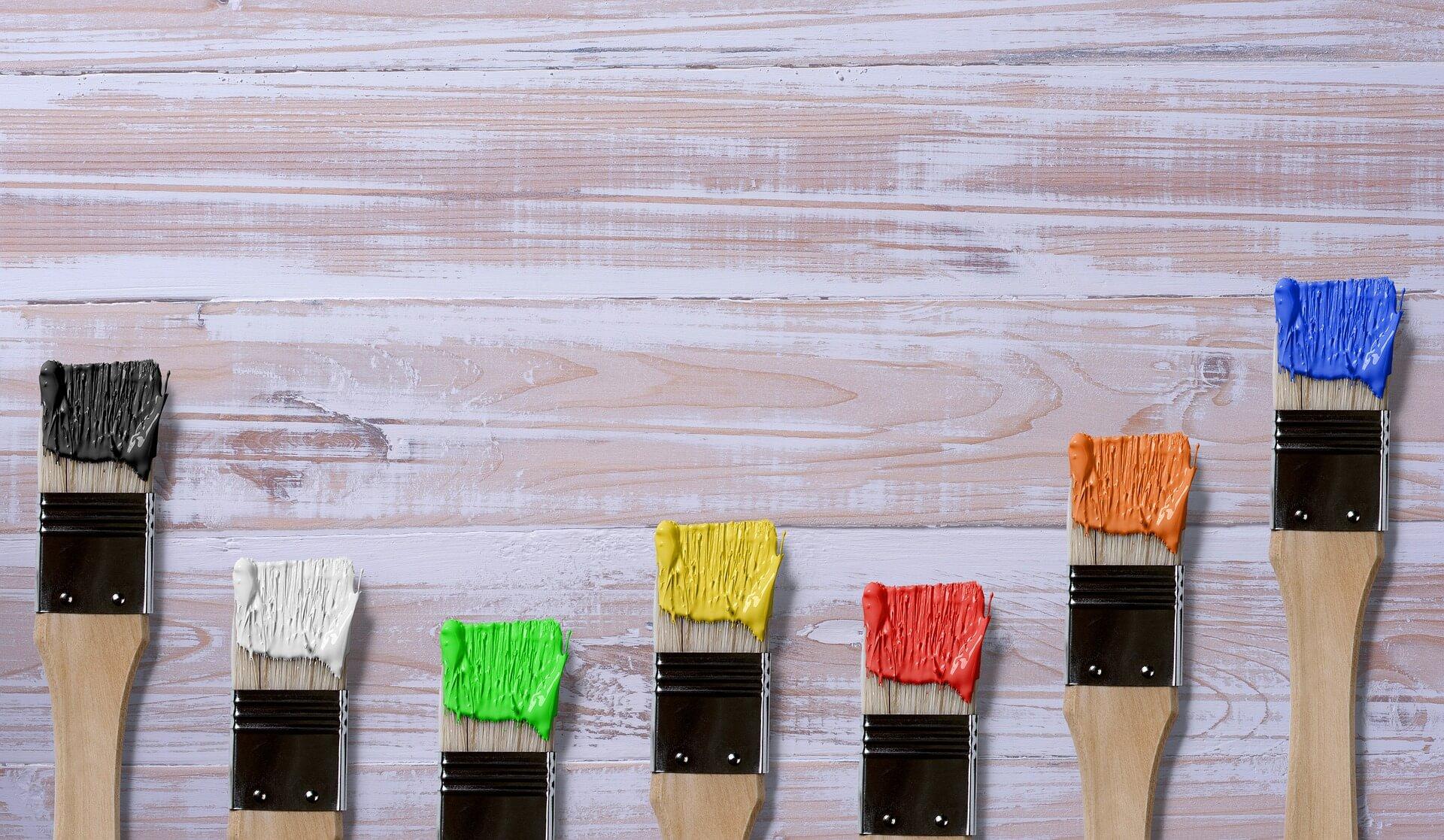 Pędzle z kolorową farbą