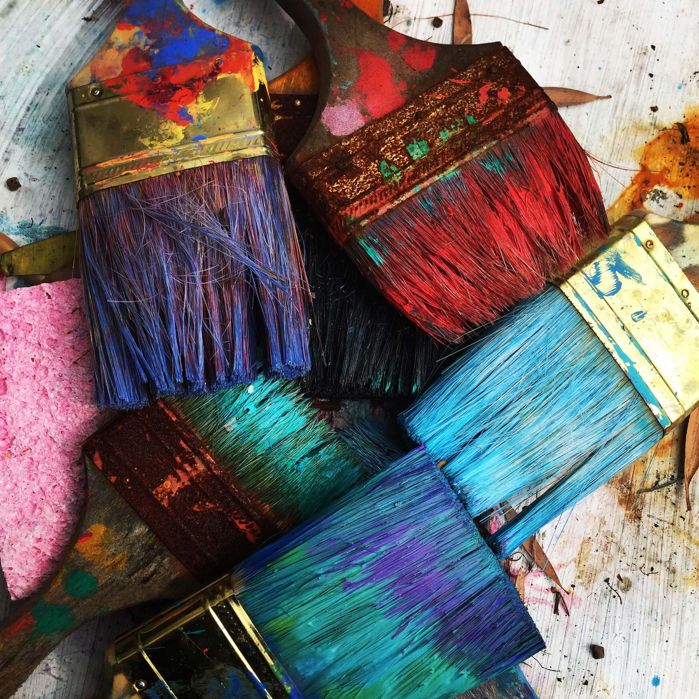 Pędzle z kolorowymi farbami