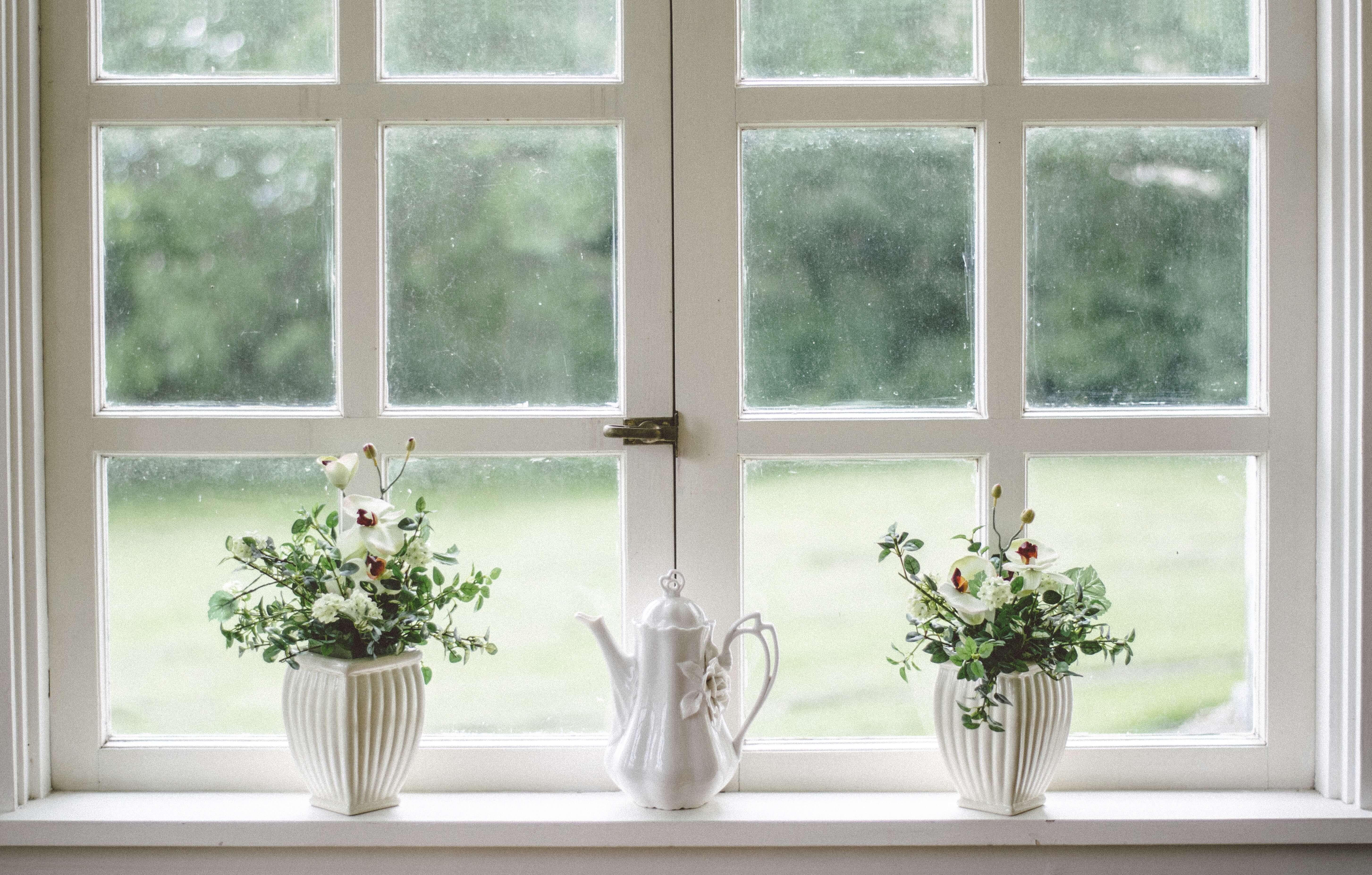 Przygotowanie okien do malowania mieszkania