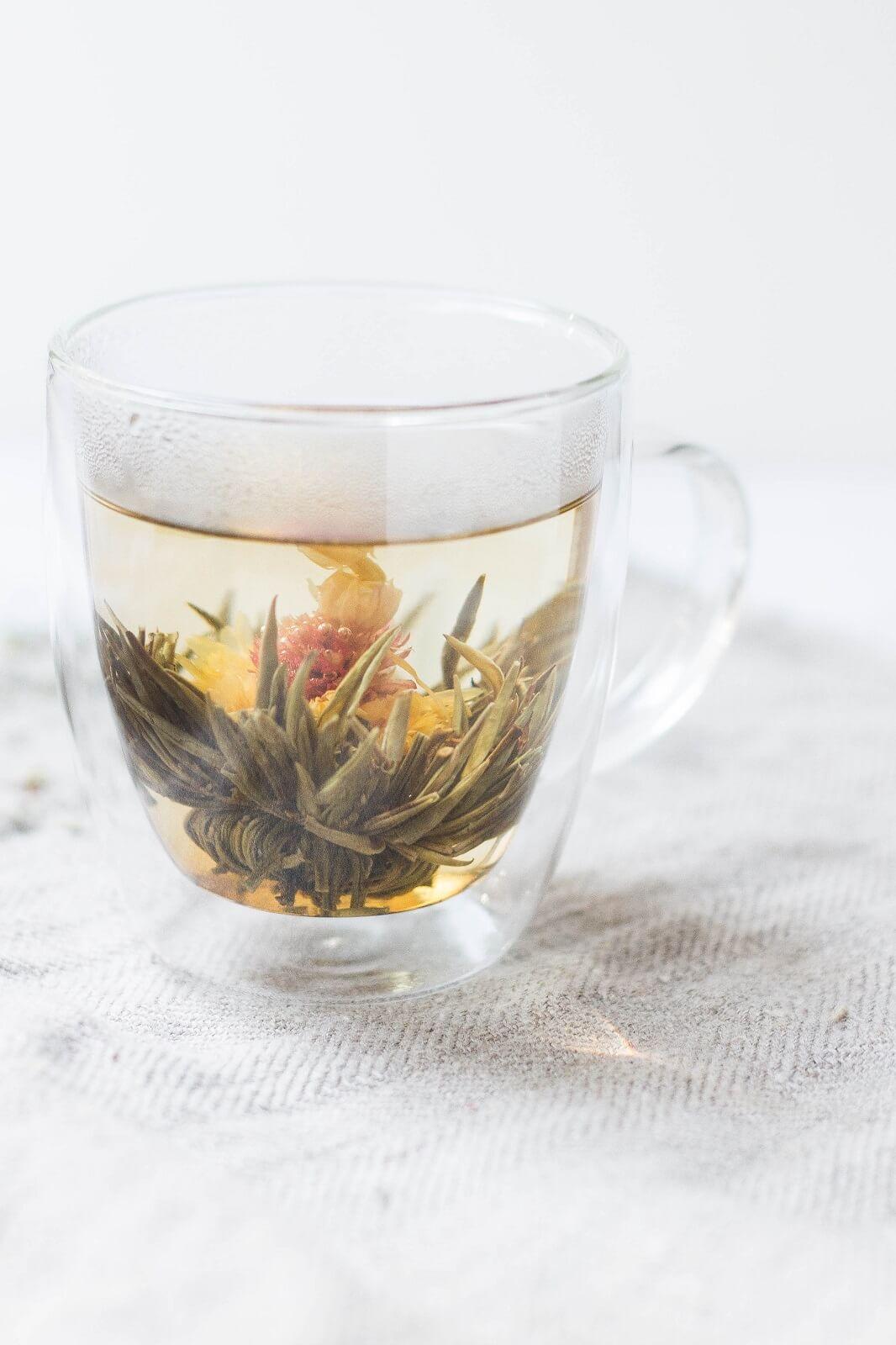 Liście herbaty w szklance