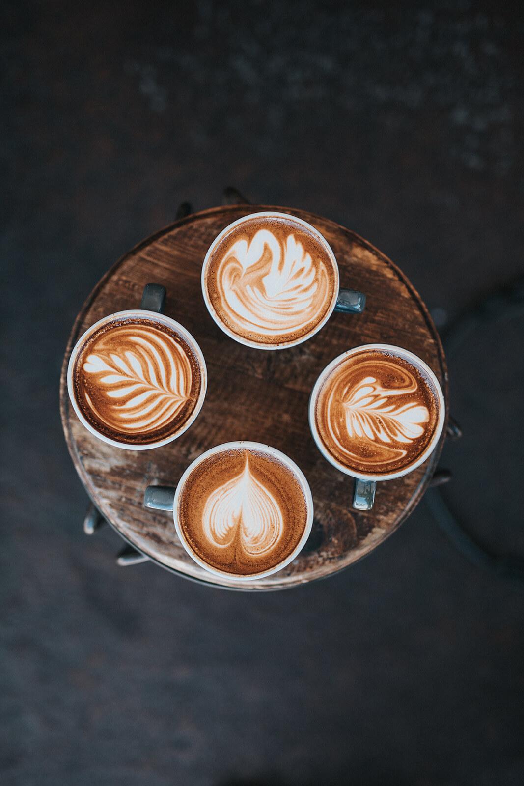 wzory z mleka na kubku kawy