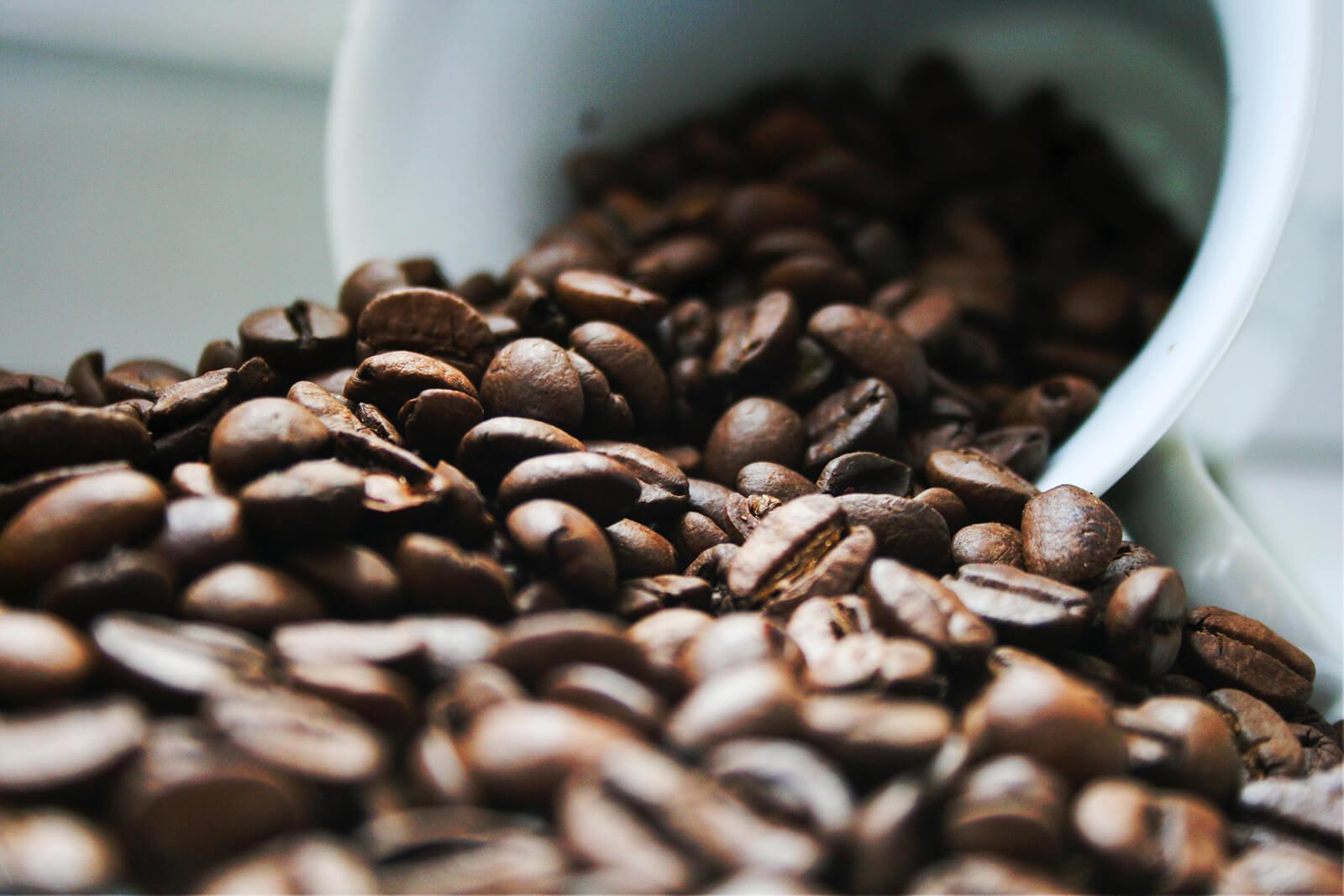 ziarna kawy na blacie