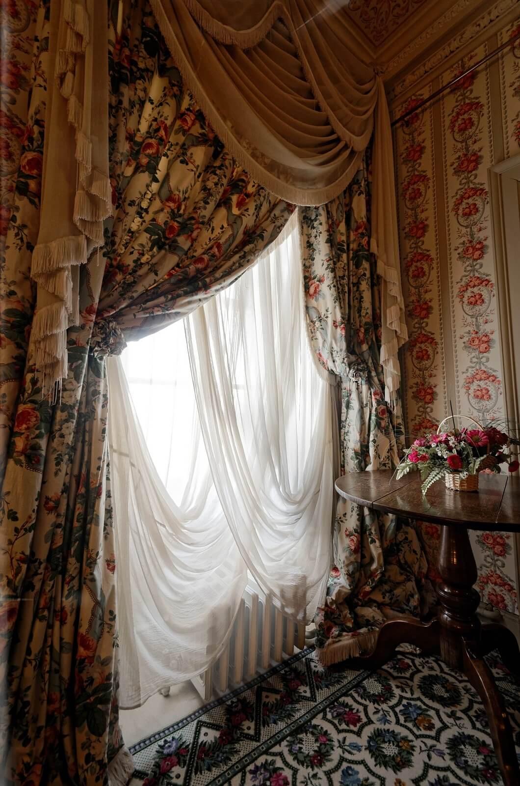 Okno z draperią
