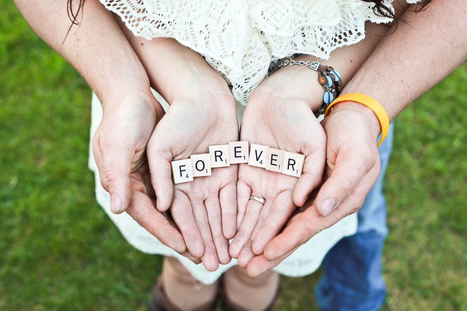 Napis forever na dłoniach