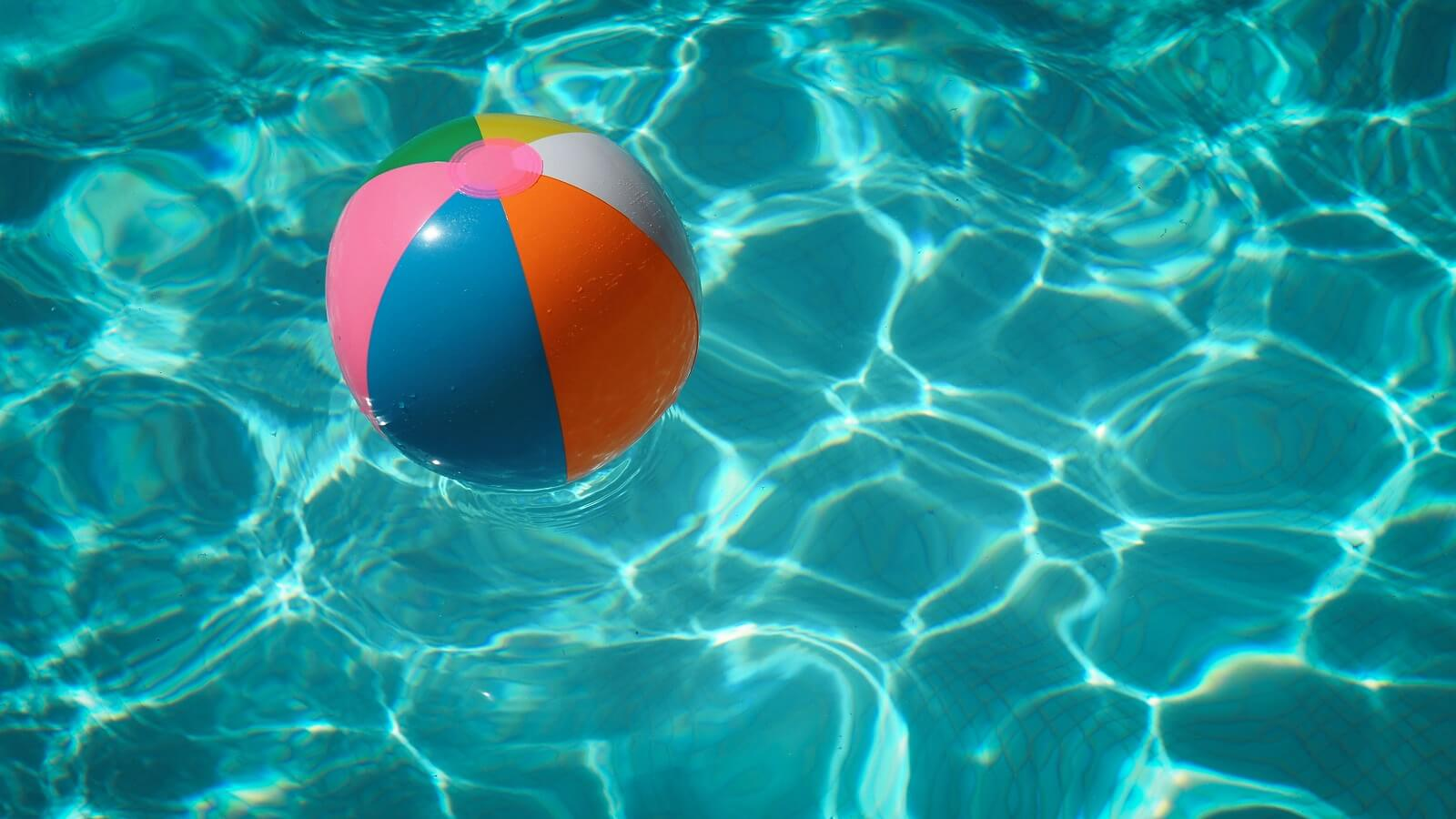 Zabawa piłką w basenie