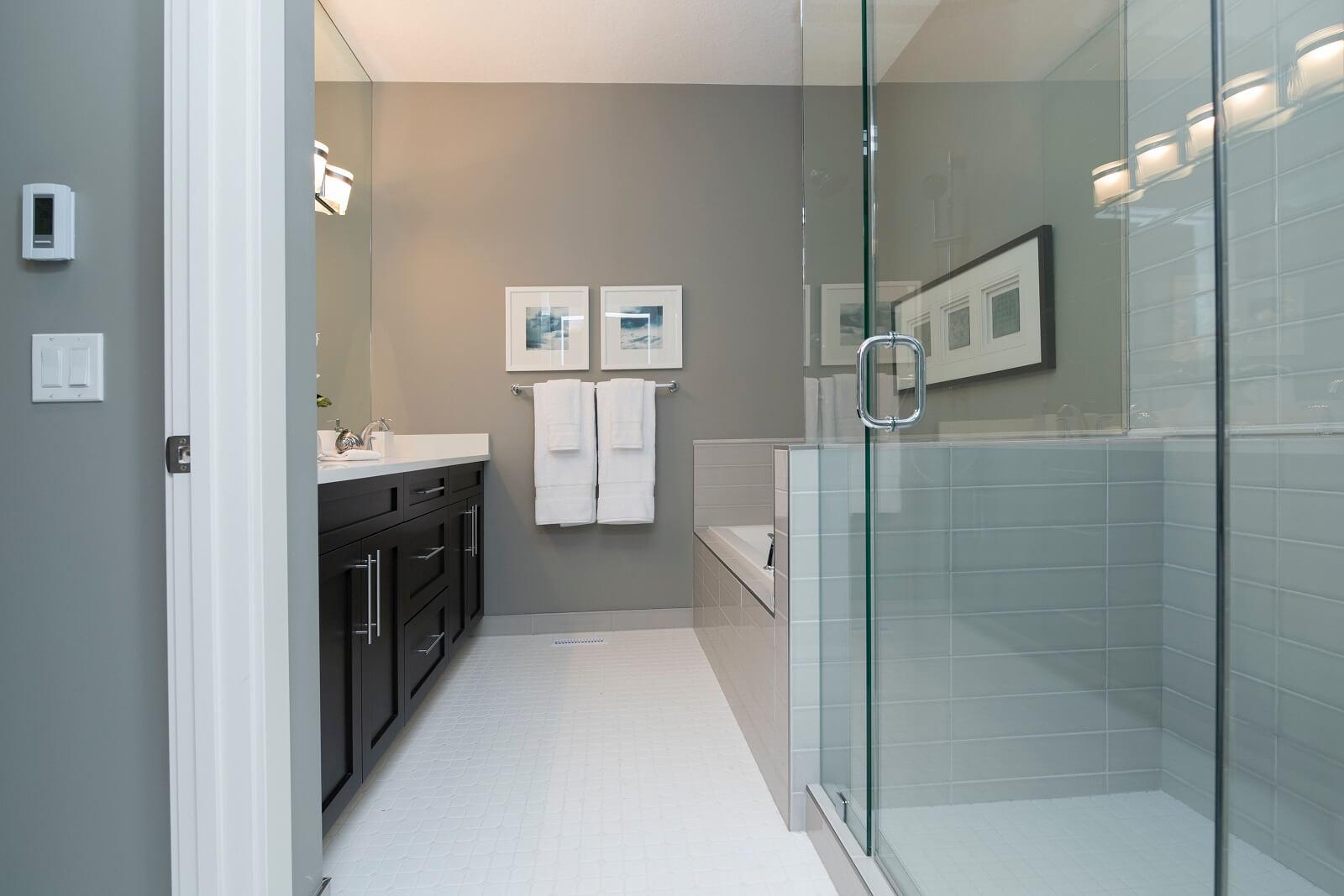 Uchylne drzwi prysznicowe
