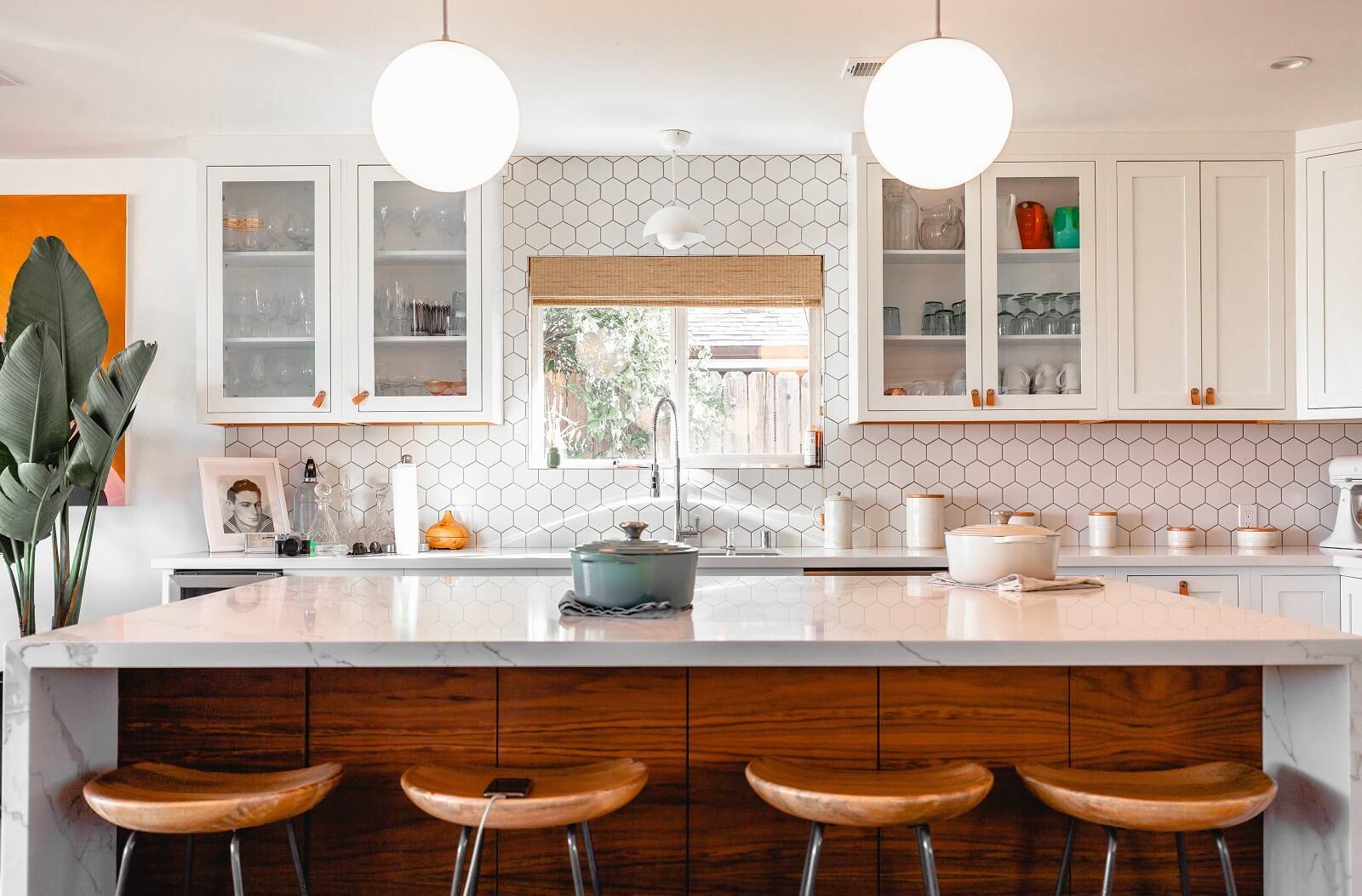 Ściana kuchenna z płytkami