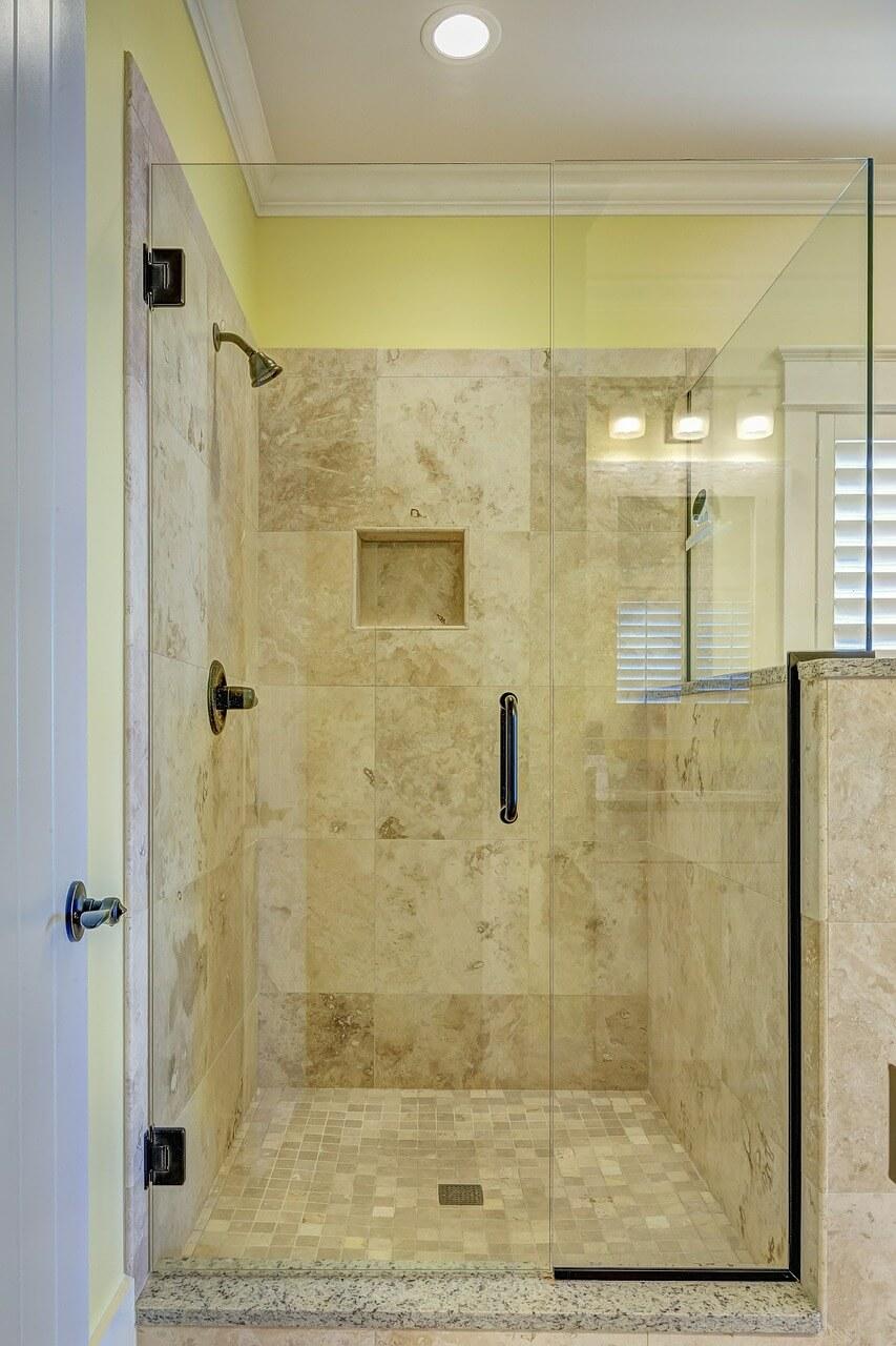 Prysznic ze szklanymi drzwiami w łazience