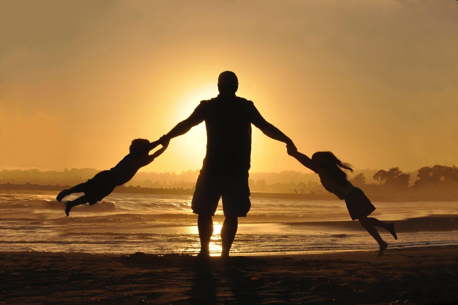 Dzieci na plaży z tatą
