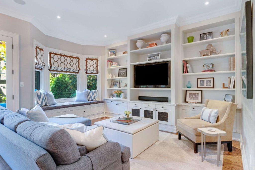 Duży salon z białymi meblami