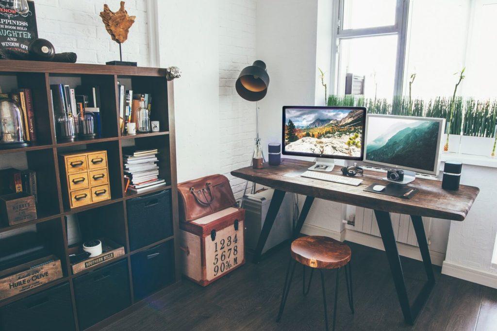 Jak urządzić biuro w domu? Podstawa to stół