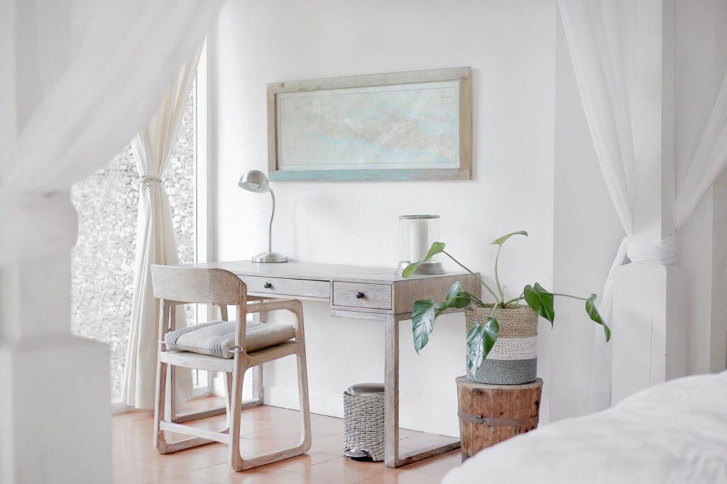 Drewniane biurko w białej sypialni