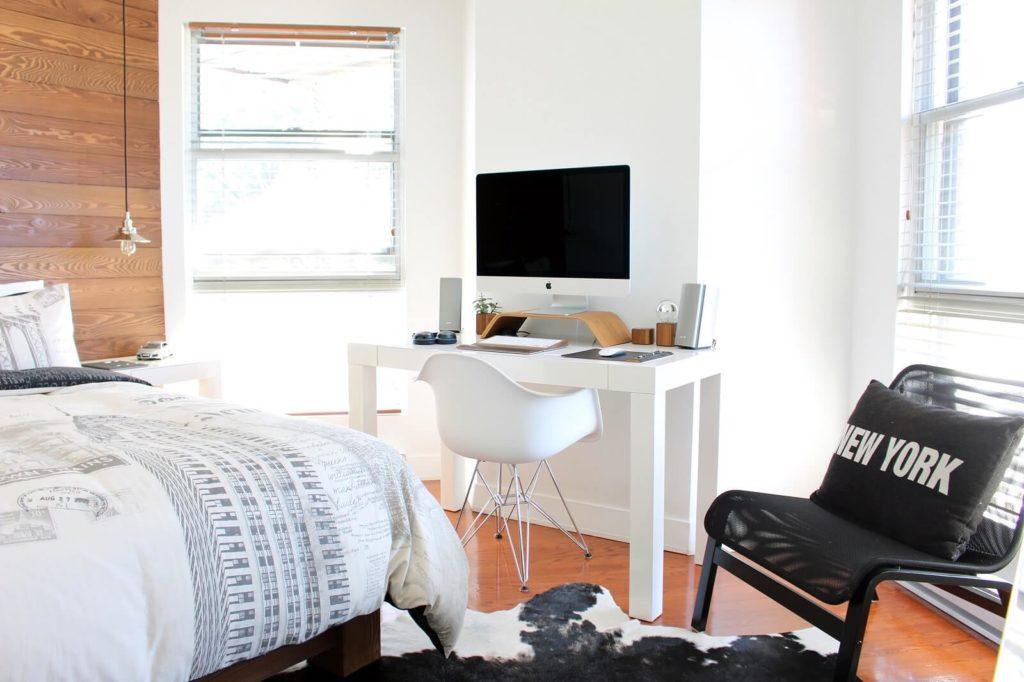 Białe biurko w sypialni