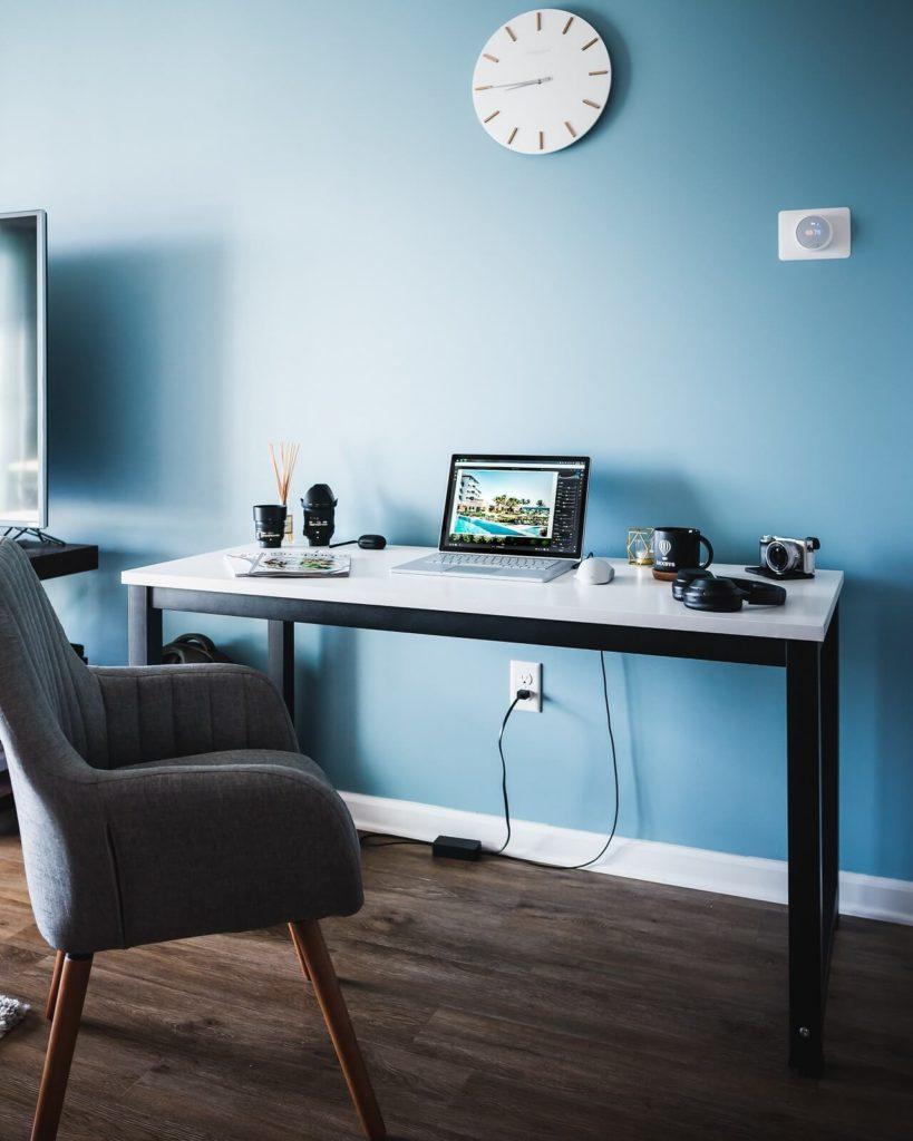 Jak urządzić biuro w domu? Gabinet z niebieską ścianą