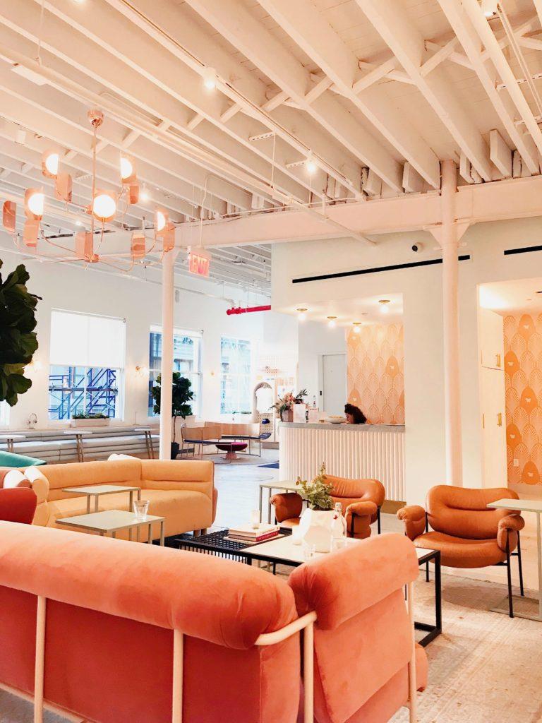 Salon z pomarańczową kanapą