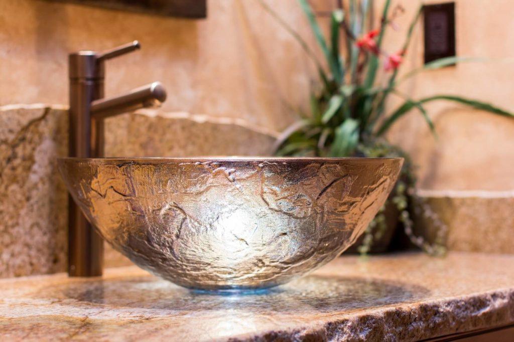Szkalana umywalka na kamiennym blacie
