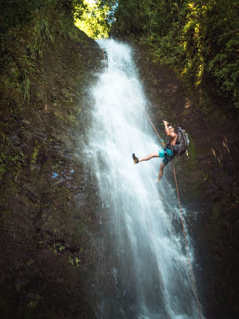 Wspinaczka przy wodospadzie to świetny prezent na 18 dla chłopaka