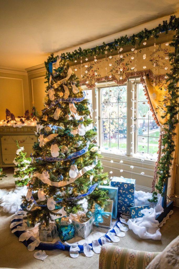 Choinka ze świątecznymi prezentami