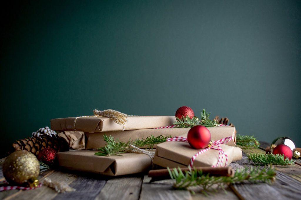 Świąteczne prezenty zapakowane w szary papier