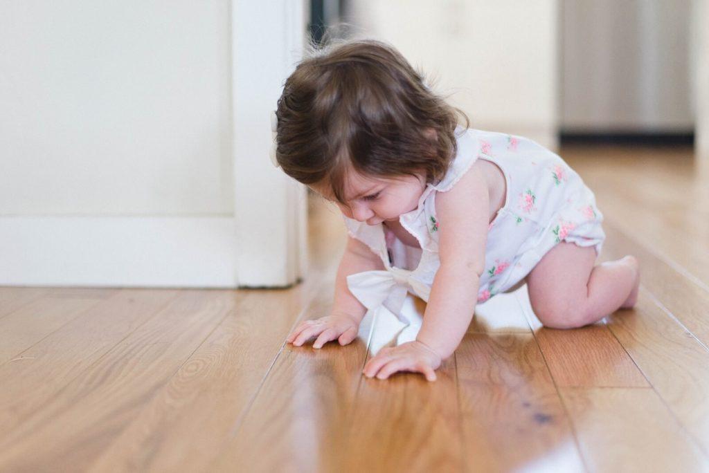 Dziecko raczkuje na podłodze