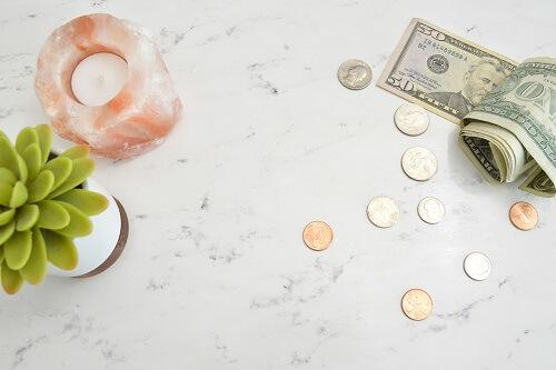 Stół z banknotami i monetami