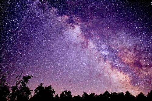 Gwiazdy na nocnym niebie z Ziemi