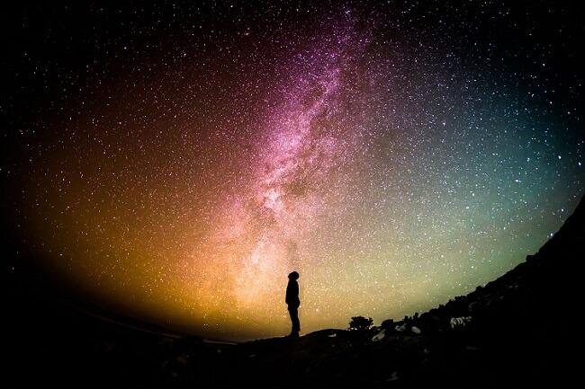 Człowiek obserwujący Drogę Mleczną