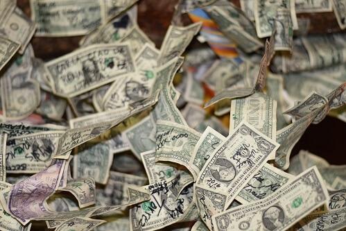 Stół z banknotami pieniędzy