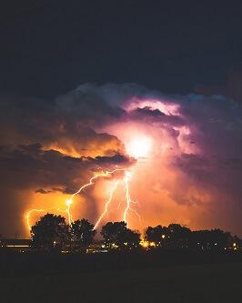 Burza z piorunami na niebie