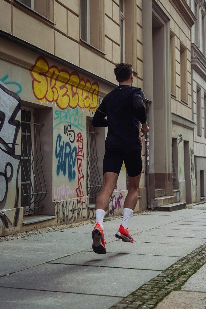 Biegając po chodnikach i asfalcie koniecznie wyposaż się w dobrze amortyzujące buty