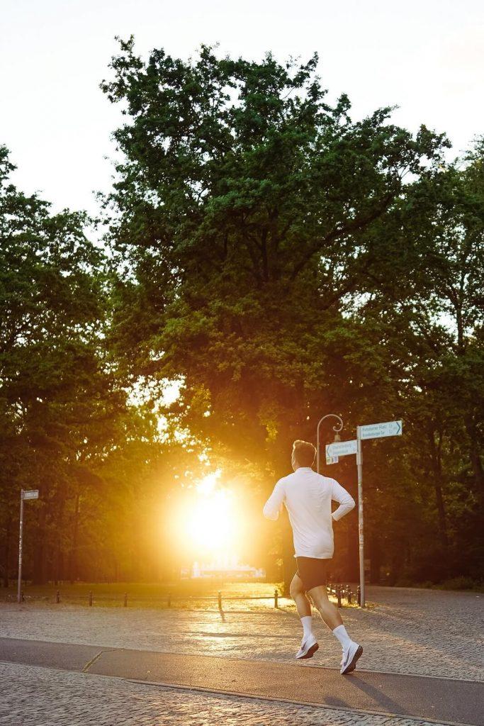Bieganie w parku to doskonały trening sportowy