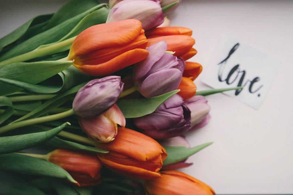 Klasyczny prezent na Walentynki dla niej. Bukiet kwiatów.