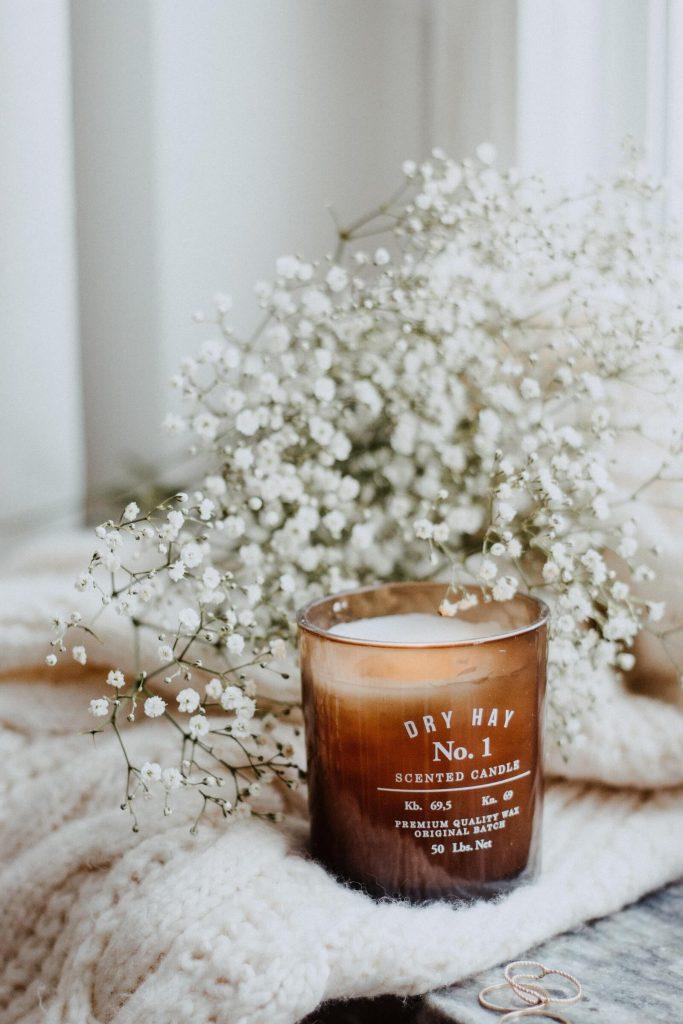Zapachowa świeca na biurku