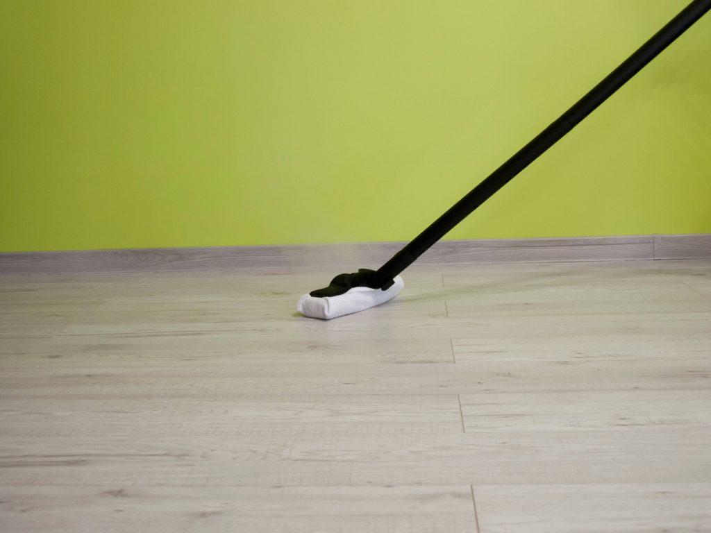 Czyszczenie parą podłogi