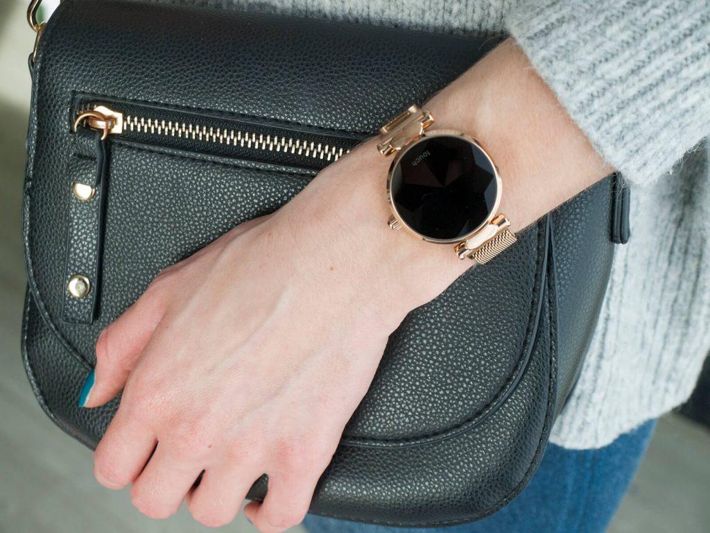 Smartwatch dla kobiet z czarną torebką