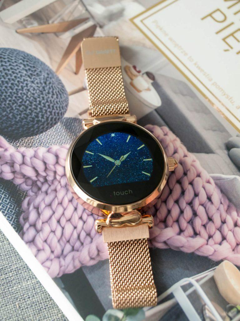 Niebieska tarcza damskiego smartwatcha Lisa