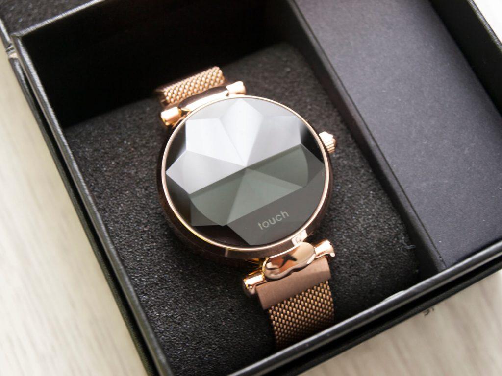 Elegancko zapakowany smartwatch idealny na prezent dla kobiety
