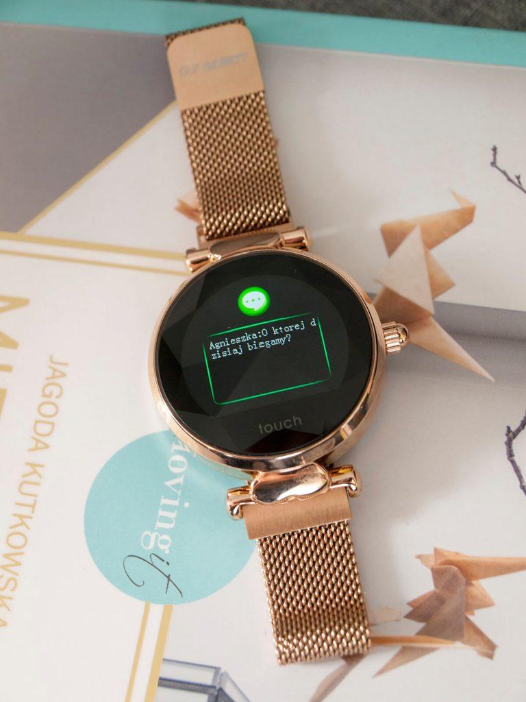 Powiadomienie ze smartfona na ekranie smartwatcha