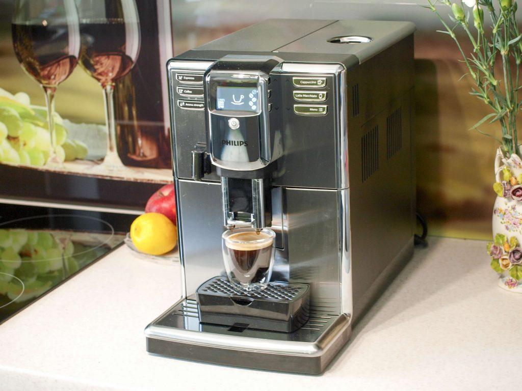 Proces parzenia kawy w ekspresie