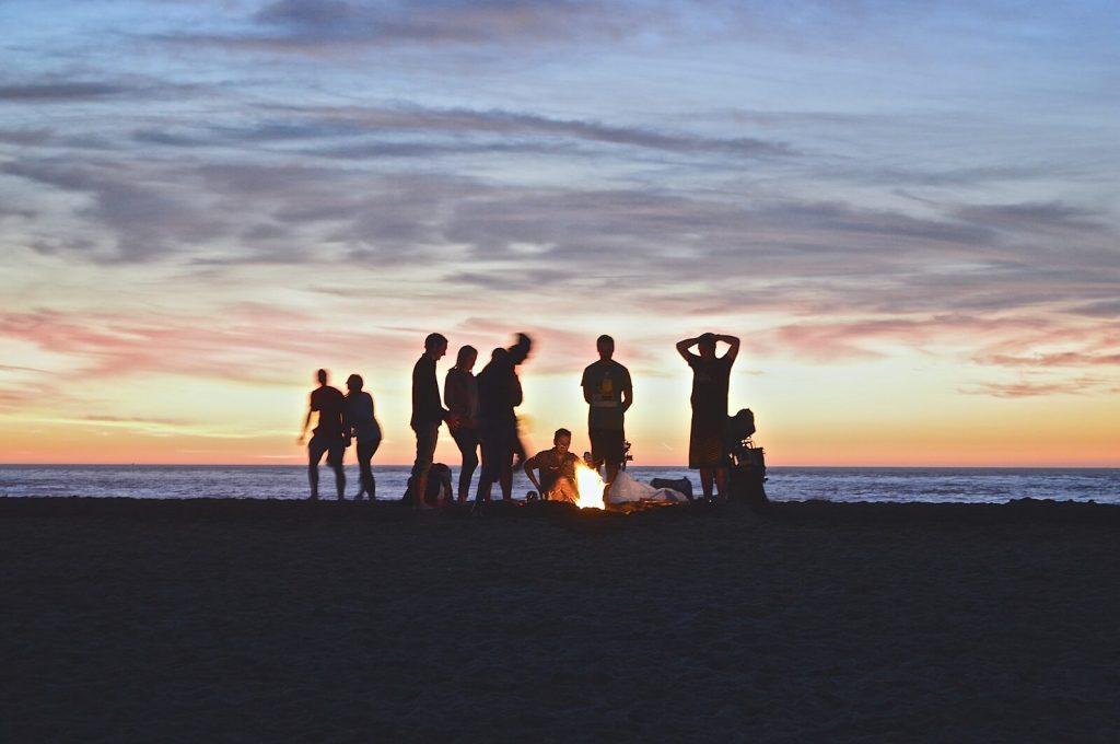 Wieczór kawalerski na plaży z ogniskiem