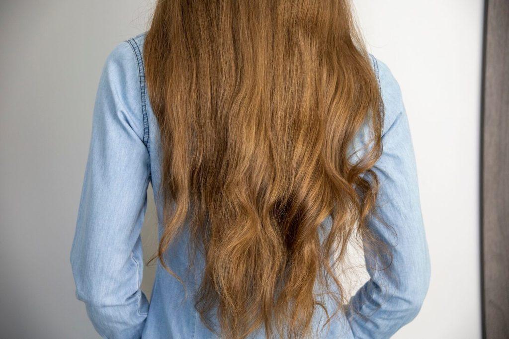 Kręcenie długich włosów prostownicą