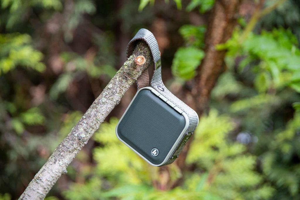 Głośnik wiszacy na drzewie