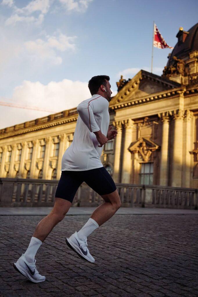 Bieganie ze słuchawkami po ulicach w mieście