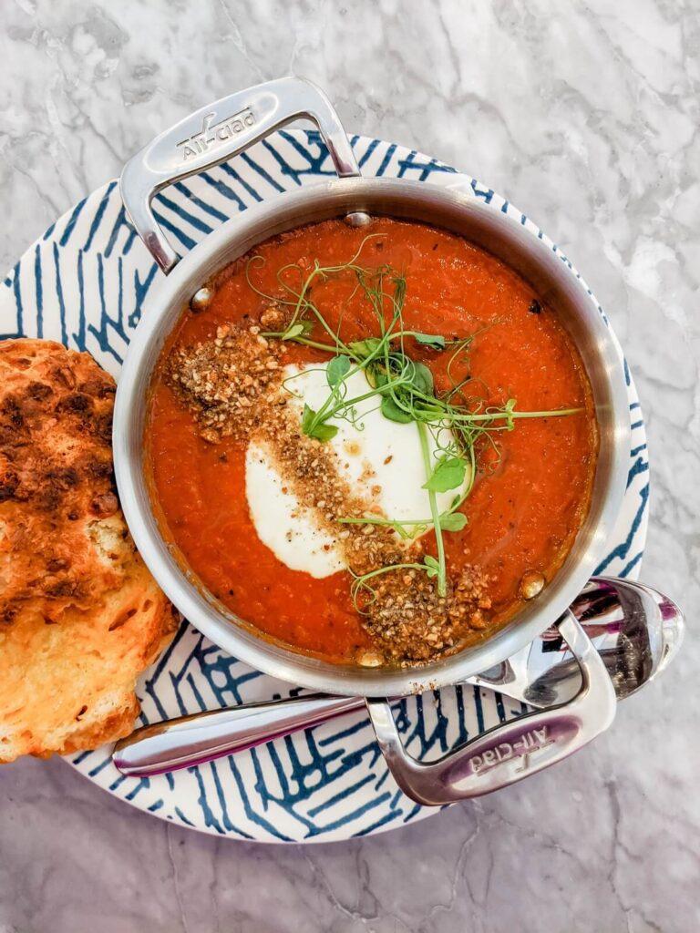 Miksowanie warzyw na zupe krem w robocie kuchennym