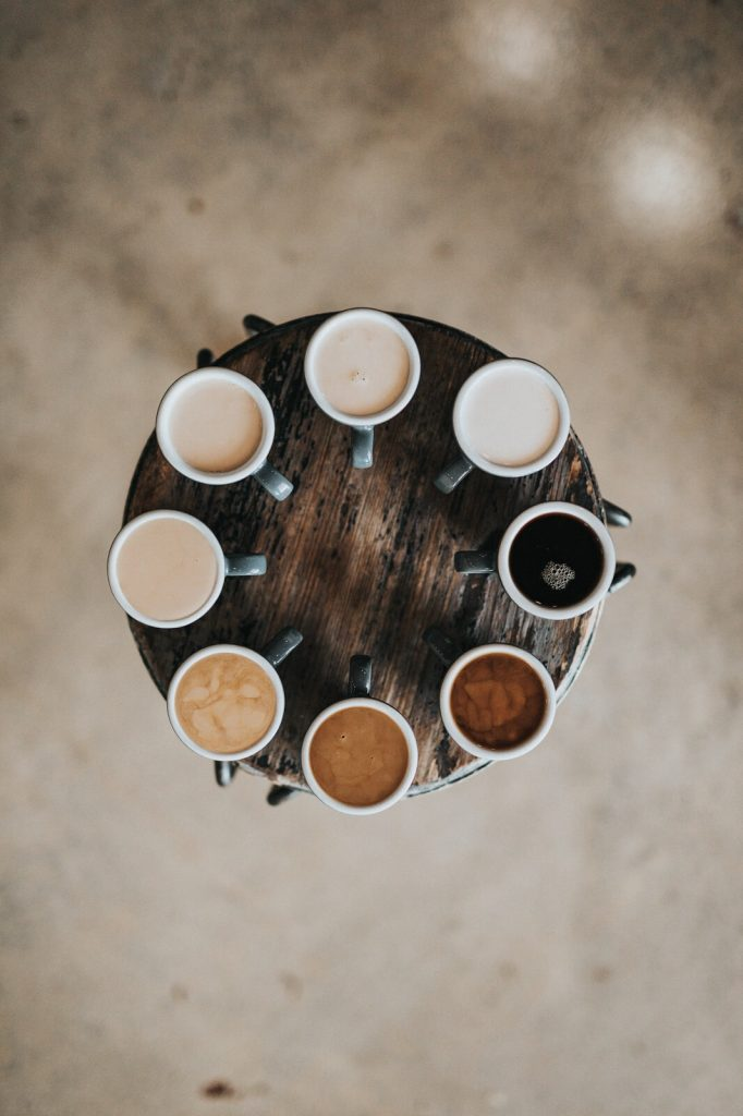 Kawy czarne i mleczne z automatycznego ekspresu do kawy