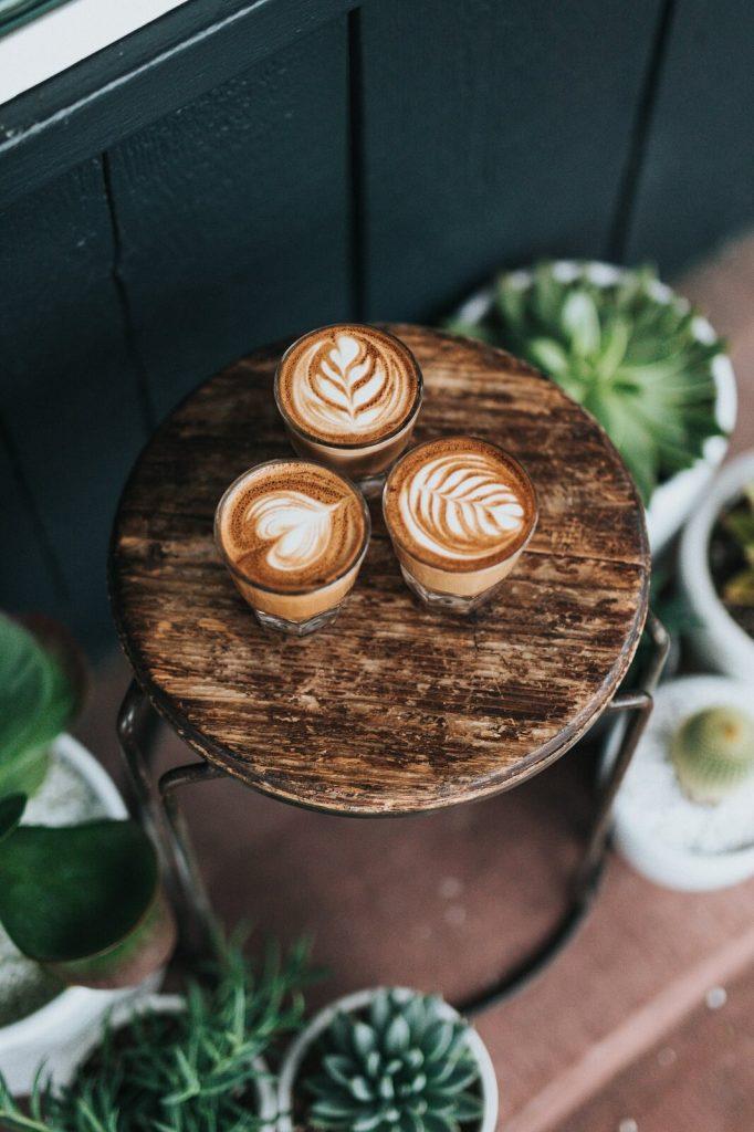 Kawa z mlekiem z ekspresu do kawy